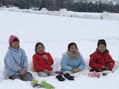 雪の中の子供達