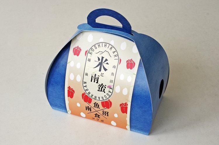 おにぎりを連想させる丸みをもった暖かいデザインのパッケージ